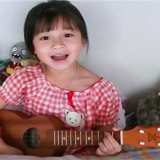 Bé gái 6 tuổi ôm đàn hát bài hit của Bruno Mars siêu đáng yêu