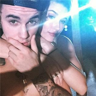 Justin Bieber lột áo, đón sinh nhật thâu đêm với người tình tin đồn