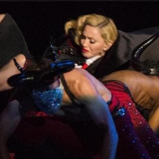 Những tai nạn  đỏ mặt  của sao trên sân khấu