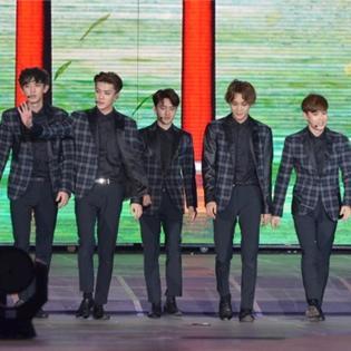 Trực tiếp Music Bank: EXO đội nón lá, trổ tài nói tiếng Việt cực giỏi