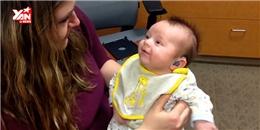 Xúc động với biểu cảm của em bé khiếm thính lần đầu được nghe tiếng mẹ