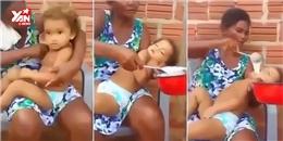 Choáng váng với cảnh mẹ cho bé ăn... bằng xẻng