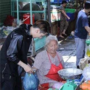 Tronie Ngô  trổ tài  đảm đang đi chợ và xông pha vào bếp