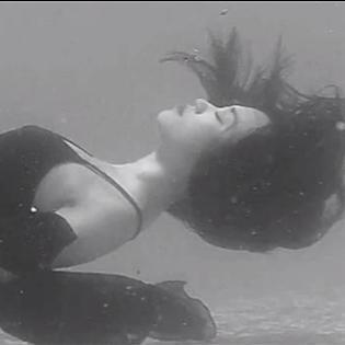 Sĩ Thanh ngâm mình 5 tiếng dưới nước giữa trưa nắng