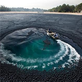 Hồ nước đen kì lạ được bao phủ bởi 400.000 quả bóng nhựa