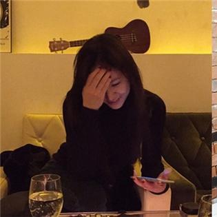 Krystal khoe ảnh cười mỉm khiến fan phấn khích, Dara cực xinh xắn với tóc cuốn