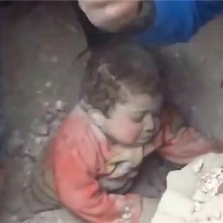 Màn giải cứu em bé trong trận động đất khiến người xem nín thở