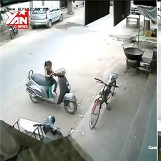 Bé gái suýt gây tai nạn thảm khốc vì nghịch xe tay ga