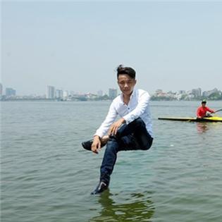 Chủ bãi đỗ ôtô đi bộ, ngồi lơ lửng trên mặt nước