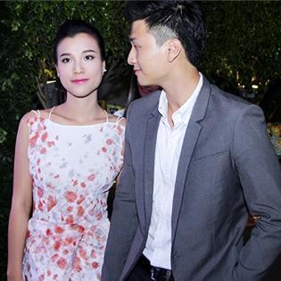Huỳnh Anh tình tứ đưa Hoàng Oanh đi từ thiện