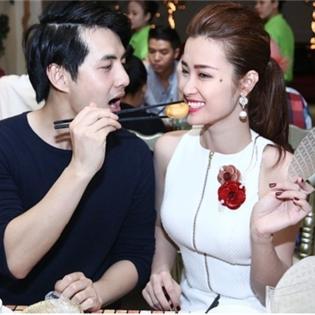Ông Cao Thắng hạnh phúc hôn Đông Nhi trước mặt bạn bè