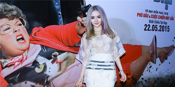 Em gái Angela Phương Trinh mặc đồ táo bạo không kém chị
