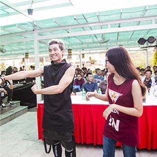Boy nhà nghèo  Karik cười híp mắt tập nhảy cho fangirl