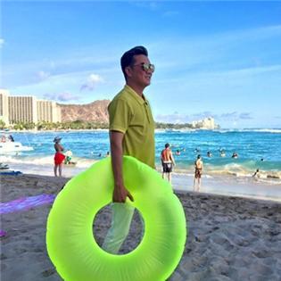 Đàm Vĩnh Hưng  hí hửng  ôm phao đi bơi, Hồ Ngọc Hà khoe dáng dưới ánh đèn mờ ảo
