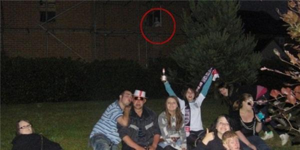 Nổi da gà với bóng ma bí ẩn bất ngờ xuất hiện trong bức ảnh