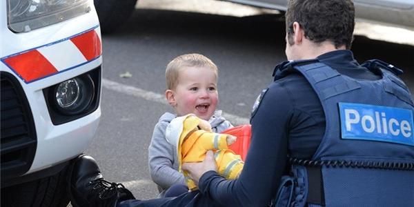Bất ngờ hành động của anh cảnh sát khiến bao người phải xúc động