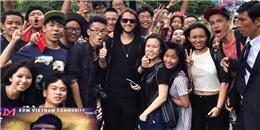Bạn trai tin đồn của Selena Gomez hào hứng đăng ảnh với fan Việt