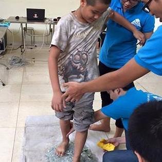 Cận cảnh buổi học của trung tâm bắt học sinh dẫm lên mảnh thủy tinh