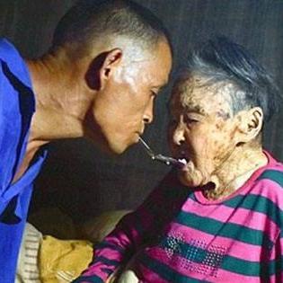Rơi nước mắt với người đàn ông cụt tay chăm sóc mẹ già