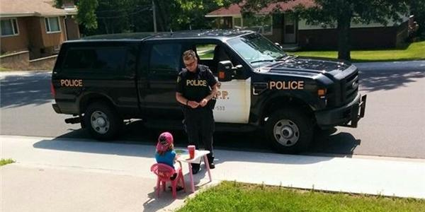 """""""Tan chảy"""" với hành động bất ngờ của anh cảnh sát dành cho bé gái"""