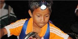 Rơi nước mắt trước cảnh học sinh đeo đèn pin băng rừng tới trường