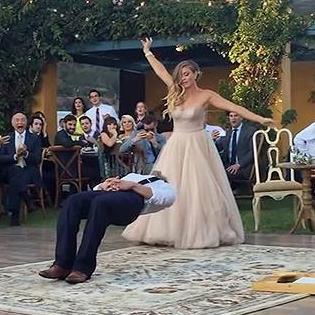 Cô dâu chú rể làm ảo thuật khiến quan khách bất ngờ