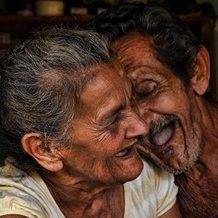 Xúc động khoảnh khắc lãng mạn của những mối tình già