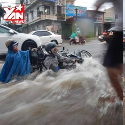 Mưa lớn, hàng loạt người và xe ở Buôn Ma Thuột bị nước cuốn