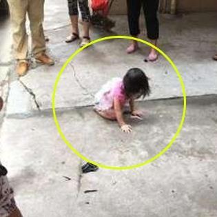 Bé gái thoát chết kì diệu sau khi rơi từ ban công 20m xuống đất