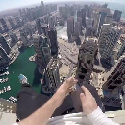 Chóng mặt  với thanh niên chuyên đi trên nóc tòa nhà chọc trời