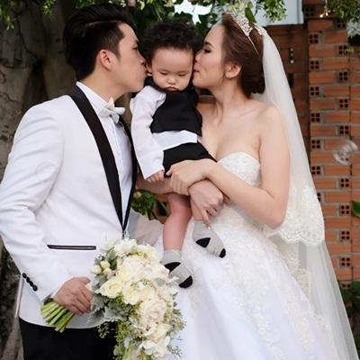 Diễm Hương hạnh phúc cùng chồng ôm hôn con trai kháu khỉnh trong ngày cưới