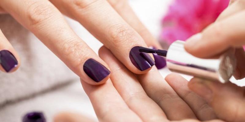 Những hoá chất độc hại đằng sau việc sơn móng tay