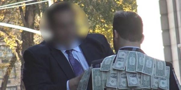Chàng trai mặc chiếc áo đầy tiền ra đường thử lòng người lạ