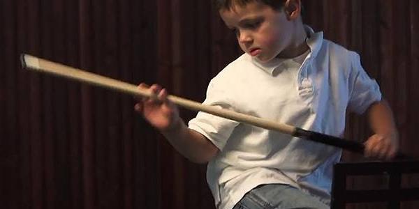"""Thần đồng bi-a nhỏ tuổi nhất thế giới khiến người lớn """"phục lăn"""""""