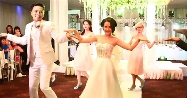 Thích thú với màn nhảy flashmob của Văn Anh - Tú Vi trong lễ cưới