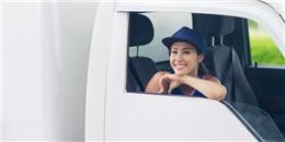 Đông Nhi lái xe van trắng 'đốn tim' cộng đồng mạng