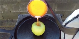 Phản ứng kì lạ khi đổ đồng nung chảy vào trái táo tươi