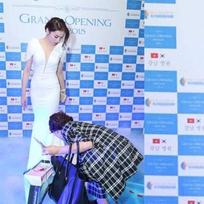 Đúng hay sai khi hoa hậu Kỳ Duyên để mẹ cúi xuống chỉnh váy?