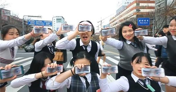 Học sinh Hàn biểu diễn 'hit' mới của PSY giữa phố cực hoành tráng