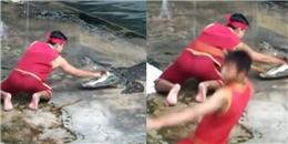 Rùng mình với clip chàng trai bất ngờ rơi xuống hồ cá sấu