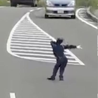 Cười  lăn   với chú cảnh sát giao thông  có tâm  nhất thế giới