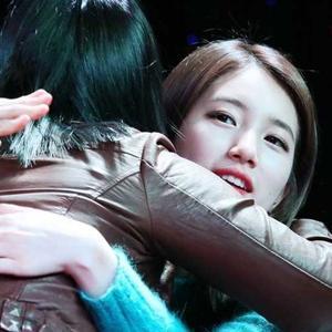 """Ganh tị khoảnh khắc thần tượng Kpop """"đụng chạm"""" với fan"""
