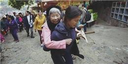 Cảm phục cô con dâu cõng mẹ đi lễ chùa Hương
