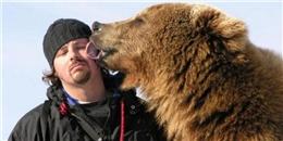 """Ngạc nhiên trước tình bạn """"keo sơn"""" giữa người và chú gấu khổng lồ"""