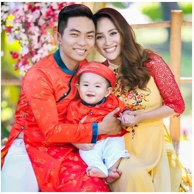 Khánh Thi – Phan Hiển cực tình cảm đón xuân cùng con trai