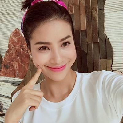 Phạm Hương khiến fan  đau tim  và cạn pin điện thoại