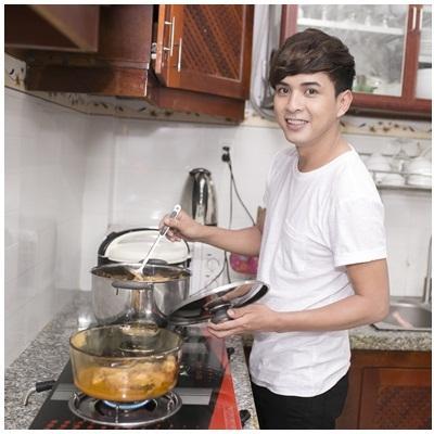 Hồ Quang Hiếu đảm đang lo việc bếp núc ngày xuân