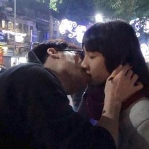 Trổ tài ảo thuật giữa phố, thanh niên tha hồ  hôn  bạn gái