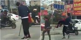 Không ngờ được hành động đẹp của 'soái ca' với bà cụ bên đường