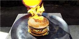 Kì lạ với chiếc bánh hamburger 'sống sót' trước sức nóng trăm độ